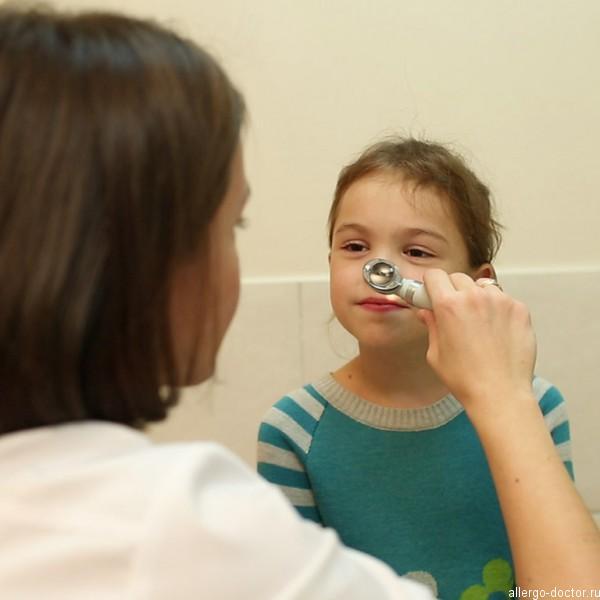 Ребенок на приеме у педиатра, прием педиатра, осмотр носа у педиатра, осмотр у педиатра, педиатр Соколова Юлия Николаевна