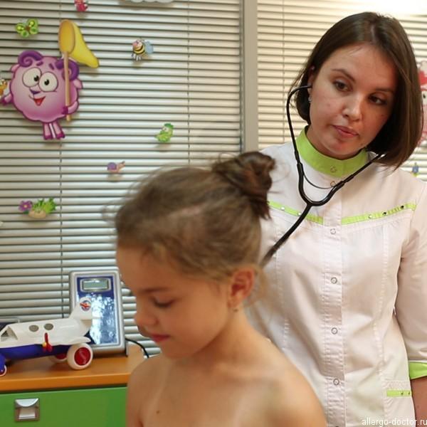 Ребенок на приеме у педиатра Соколовой Юлии Николаевны, на приеме у педиатра, педиатр, опытный педиатр, педиатр слушает ребенка
